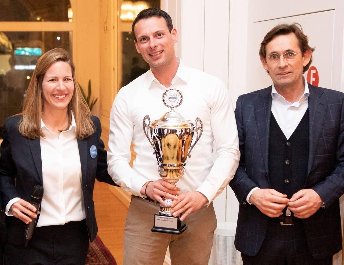 Im Bild von links nach rechts: Natalie Robyn, Managing Director bei Volvo Car Switzerland AG, Urs Hürlimann Geschäftsleiter der Stierli Automobile und Lex Kerssemakers, Senior Vice President of EMEA