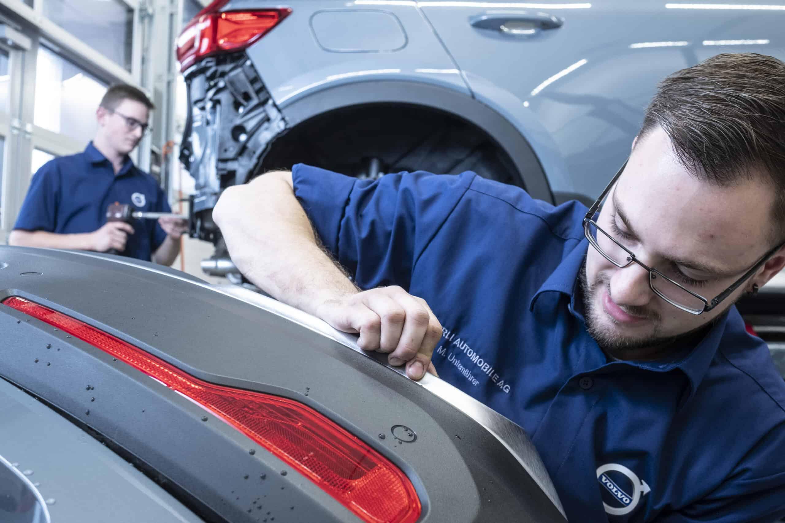 Mechaniker bei der Fahrzeugpolitur